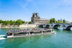 Turystyczna łódź i turyści zbliżamy flora pawilonu ot louvre Obrazy Stock