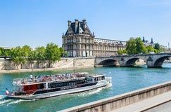 Turystyczna łódź i turyści zbliżamy flora pawilonu ot louvre Fotografia Stock