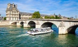 Turystyczna łódź i turyści zbliżamy flora pawilonu ot louvre Obrazy Royalty Free