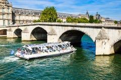 Turystyczna łódź i turyści zbliżamy flora pawilonu ot louvre Zdjęcie Stock