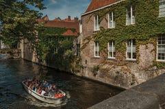 Turystyczna łódź na kanale i ceglanym domu przy Bruges Fotografia Royalty Free