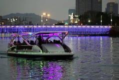 Turystyczna łódź na miłości rzece nocą zdjęcie royalty free