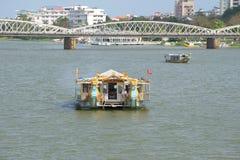 Turystyczna łódź na pachnidło rzece w odcieniu Wietnam Zdjęcia Stock