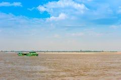 Turystyczna łódź na rzecznym Irrawaddy, Mandalay, Myanmar, Birma Odbitkowa przestrzeń dla teksta zdjęcie royalty free