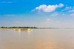 Turystyczna łódź na rzecznym Irrawaddy, Mandalay, Myanmar, Birma Odbitkowa przestrzeń dla teksta obraz stock