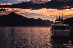 Turystyczna łódź na wodzie podczas zmierzchu zdjęcie royalty free