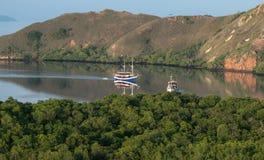Turystyczna łódź od panorama widoku Flores w wieczór, Flores wyspy Komodo park narodowy, Flores, Indonezja zdjęcie royalty free