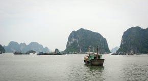 Turystyczna łódź przy Halong zatoką w Quang Ninh, Wietnam Zdjęcie Stock