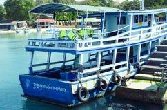 Turystyczna łódź przy Ko Samet magistrali portem Zdjęcia Royalty Free