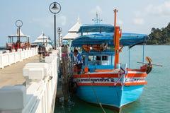 Turystyczna łódź przy molem w uderzenia Bao wiosce rybackiej Zdjęcie Royalty Free