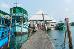 Turystyczna łódź przy molem w uderzenia Bao wiosce rybackiej (turystycznej na wyspie) Zdjęcie Stock