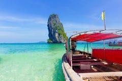 Turystyczna łódź przy wyspy wybrzeża lata denną podróżą Tajlandia w lecie obrazy stock