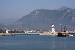 Turystyczna łódź przyjeżdża w porcie Zdjęcie Royalty Free