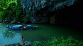 Turystyczna łódź unosi się na rzece wielka ciemna grota zdjęcie wideo