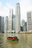 Turystyczna łódź unosi się na Singapur rzece Zdjęcia Royalty Free