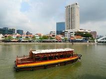 Turystyczna łódź unosi się na Singapur rzece Obrazy Royalty Free