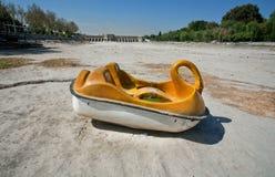Turystyczna łódź w postaci łabędź rzucającego w wysuszoną rzekę Zdjęcie Royalty Free