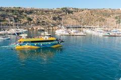 Turystyczna łódź wychodzi Mgarr schronienie Gozo obraz stock
