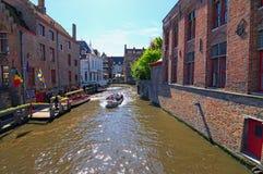 Turystyczna łódź z grupą turyści jest spławowa na kanale Obrazy Royalty Free