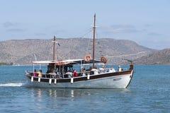 Turystyczna łódź zatoka Mirabello i góry Crete, Grecja Zdjęcie Stock