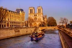 Turystyczna łódź zbliża się Notre-Dame katedrę Fotografia Stock