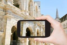 Turystyczna bierze fotografia Arles Amphitheatre Zdjęcia Royalty Free