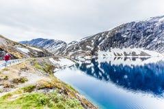 Turystyczna bierze fotografia Djupvatnet jeziorem, Norwegia Zdjęcia Stock