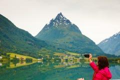 Turystyczna bierze fotografia przy norweskim fjord jeziorem Fotografia Royalty Free