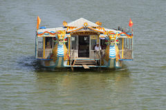 Turystyczna catamaran wycieczka na pachnidło rzece Frontowy widok Odcień, Wietnam Obrazy Royalty Free