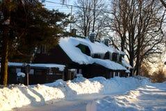 Turystyczna chałupa zakrywająca z śniegiem w Roudnice KrkonoÅ ¡ e obraz stock