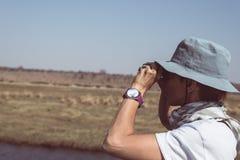 Turystyczna dopatrywanie przyroda obuocznym na Chobe rzece, Namibia Botswana granica, Afryka Chobe park narodowy, sławny wildlilf Fotografia Stock