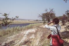 Turystyczna dopatrywanie przyroda obuocznym na Chobe rzece, Namibia Botswana granica, Afryka Chobe park narodowy, sławny wildlilf Fotografia Royalty Free