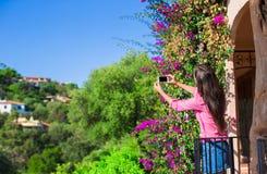 Turystyczna dziewczyna bierze podróży fotografie z smartphone na wakacjach letnich Młoda atrakcyjna turystyczna bierze selfie fot zdjęcia royalty free