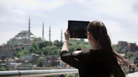 Turystyczna dziewczyna bierze wideo piękny krajobraz jaskrawi widoki i miasto zbiory wideo