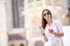 Turystyczna dziewczyna cieszy się wakacje w Wiedeń i patrzeje pięknych konie w frachcie obrazy stock