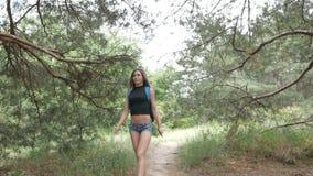 Turystyczna dziewczyna gubjąca w drewnach zbiory wideo