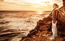 Turystyczna dziewczyna na zmierzchu na falezie Zdjęcia Royalty Free