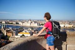 Turystyczna dziewczyna przegapia parlamentu w Węgry stoi z ona w obserwacja pokładzie z powrotem przy wysokością, Budapest c Fotografia Royalty Free