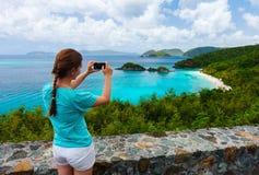 Turystyczna dziewczyna przy bagażnik zatoką na St John wyspie Zdjęcie Royalty Free