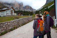 Turystyczna dziewczyna przy dolomitami Obraz Royalty Free