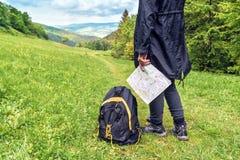 Turystyczna dziewczyna z mapą i plecakiem zdjęcie royalty free