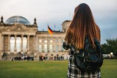 Turystyczna dziewczyna z plecakiem obok budynku dzwonił Reichstag w Berlin w Niemcy bierze obrazki Obrazy Stock