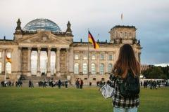 Turystyczna dziewczyna z plecakiem obok budynku dzwonił Reichstag w Berlin w Niemcy bierze obrazki Zdjęcie Stock