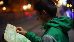 Turystyczna gmerania miejsca lokacja w mapie, przegranej w miasto nocy zdjęcie wideo