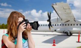 Turystyczna kobieta fotografuje kamerą nad samolotem Fotografia Stock