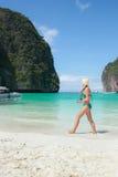 Turystyczna kobieta jest ubranym zielonego bikini odprowadzenie na pięknej plaży, Phi Phi wyspa, Krabi Tajlandia prowincja (Ko Ph Fotografia Stock