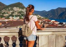 Turystyczna kobieta Lugano, g?ry i miasto Lugano jeziorni, Ticino kanton, Szwajcaria Podr??nik w scenicznym pi?knym Szwajcarskim  fotografia royalty free