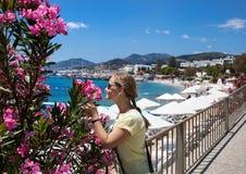 Turystyczna kobieta przy Bodrum plażą Obrazy Royalty Free