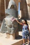 Turystyczna kobieta przy Ramesseum świątynią w Luxor, Egipt - zdjęcie stock