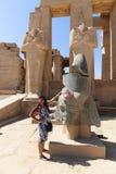 Turystyczna kobieta przy Ramesseum świątynią w Luxor, Egipt - zdjęcie royalty free